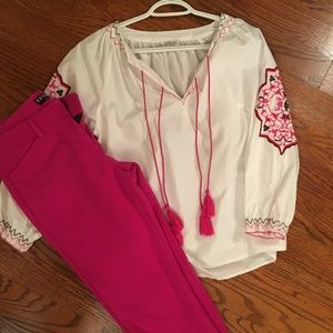 Adorable top White with pink detail. CUTE❤️medium